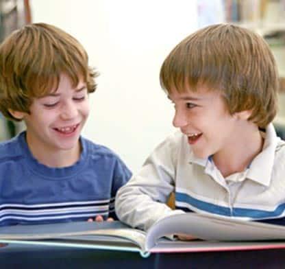 Dzieci czytają książkę